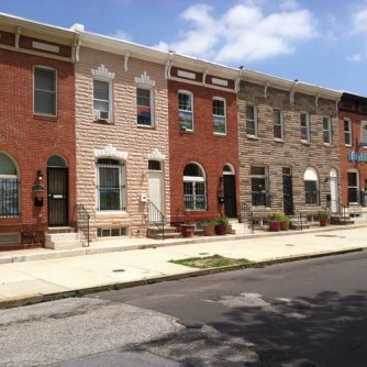 Row_houses_in_East_Monument_Historic_District,_Baltimore,_Maryland.jpg